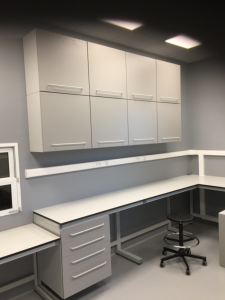 Meble laboratoryjne w zabudowie L-kształtnej