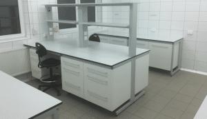 Meble laboratoryjne w zabudowie wyspowej i przyściennej